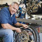 Popis pod obrázkom: Správnou údržbou predĺžite životnosť pneumatík na motocykel.