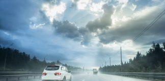 Čo robiť, keď vás zastihne krupobitie počas jazdy v automobile